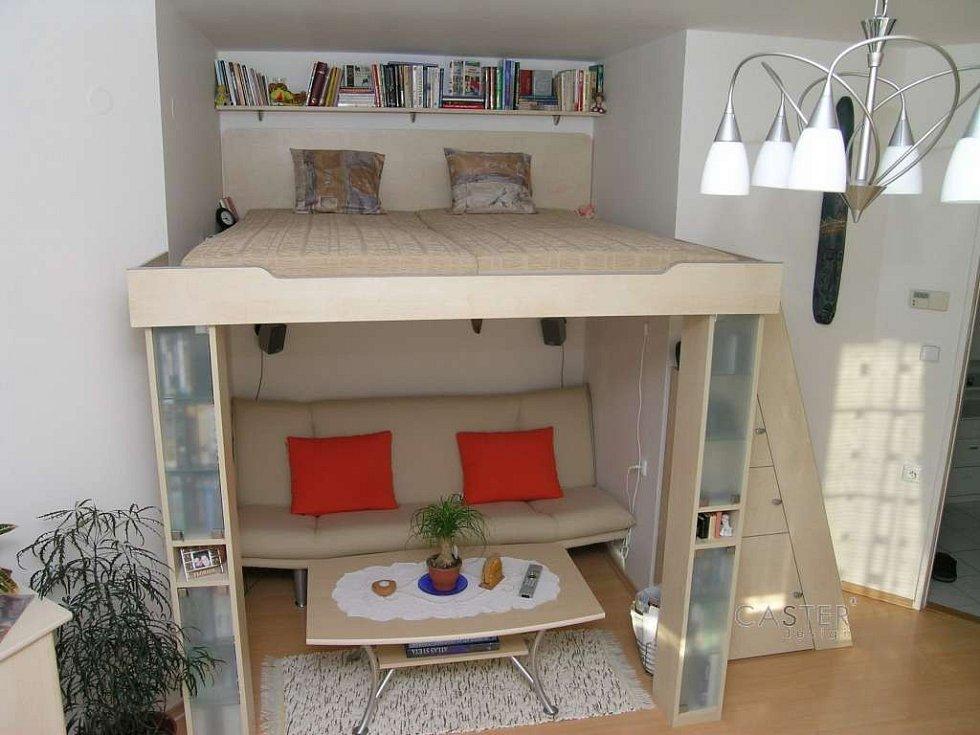 Patrová postel v obýváku