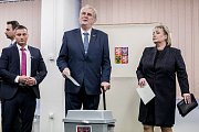 Prezident Miloš Zeman se svou ženou Ivanou volili 12. ledna na pražských Lužinách v prvním kole prezidentských voleb.