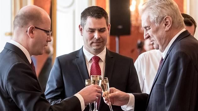 Premiér Bohuslav Sobotka (vlevo), nový ministr průmyslu a obchodu Jiří Havlíček (uprostřed) a prezident Miloš Zeman.