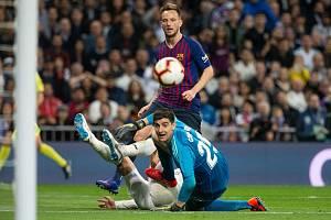 Real Madrid - FC Barcelona, brankář Thibaut Courtois a Ivan Rakitič. Ilustrační snímek