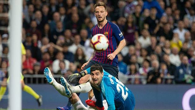 Real Madrid - FC Barcelona, brankář Thibaut Courtois a Ivan Rakitič