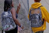 Průhledné batohy na střední škole v Parklandu