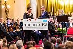 Ředitel festivalu Nikola Bojčev předává šek zástupkyni UNICEF
