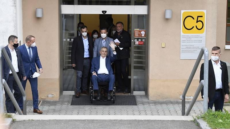 Prezident Miloš Zeman byl 22. září 2021 propuštěn z Ústřední vojenské nemocnice v Praze, ve které strávil osm nocí.