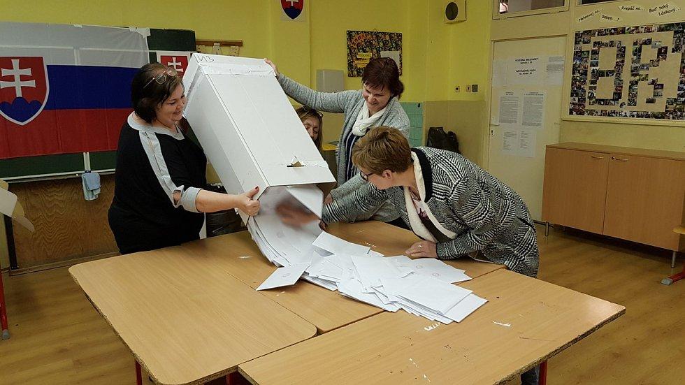 Slováci sčítají volební hlasy.