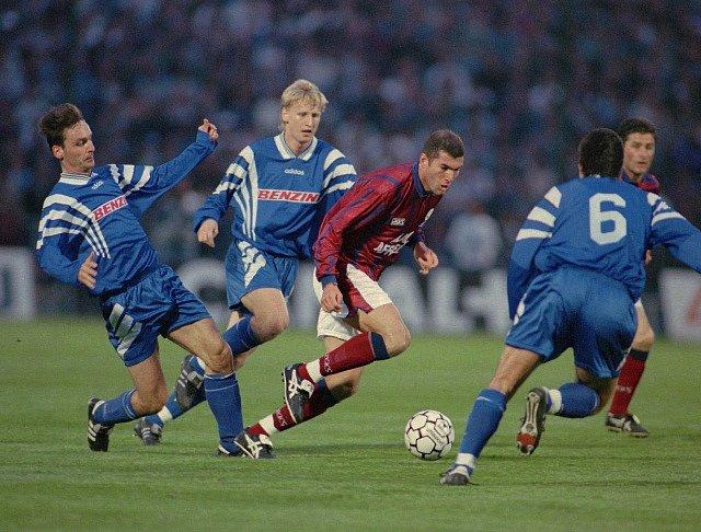Semifinále poháru UEFA Girondin de Bordeaux - Slavia Praha v dubnu 1996. Zleva Ondrej Krištofik, Radek Bejbl, Zinedine Zidane, Jiří Vávra.