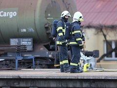 Únik benzolu z poškozené cisterny v nákladním vlaku zastavil 13. ledna odpoledne ve Studénce na Novojičínsku na hodinu a půl dopravu na hlavní železniční trati spojující Ostravu a Prahu.