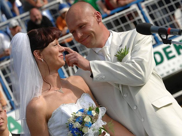 V Liberci oddali novomanžele přímo na fotbalovém hřišti