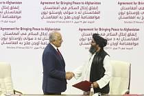 Americký zvláštní vyslanec pro Afghánistán Zalmay Khalilzad (vlevo) a jeden ze zakladatelů hnutí Tálibán mulla Abdul Ghání Baradar při podpisu dohody v Dauhá 29. února 2020