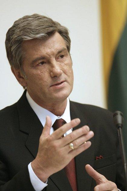 Ukrajinský prezident Viktor Juščenko se rozhodl ukončit parlamentní krizi výrazným omezením pravomocí zákonodárného sboru, čímž svázal ruce premiérce Julii Tymošenkové.