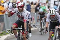 Norský cyklista Alexander Kristoff (vlevo) v cíli první etapy Tour de France