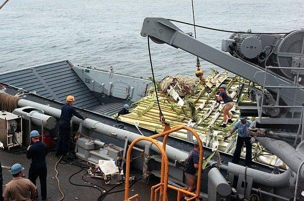 Vytahování pozůstatků explozí zničeného Boeingu 747-100 z vod Atlantického oceánu.