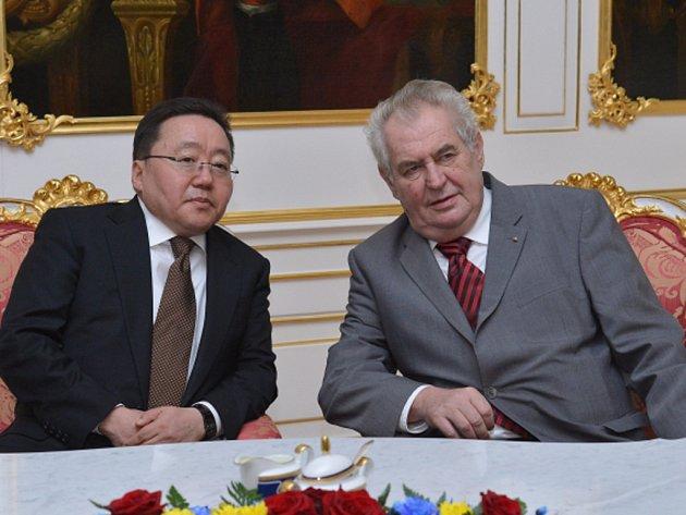 Prezident Miloš Zeman dnes mluvil se svým mongolským protějškem Cachjagínem Elbegdordžem o posílení ekonomické spolupráce. Předal mu seznam 40 firem, které by se chtěly na mongolském trhu prosadit.