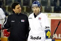Jaromír Jágr v rozhovoru s trenérem Vladimírem Růžičkou během tréninku české reprezentace na České hokejové hry.