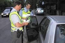 Policie kontroluje doklady řidiče - ilustrační foto