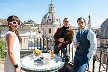 TĚŽKÁ KONSPIRACE. Ústřední trio agentů, kteří hrají podle potřeby proti sobě, jindy společně... Gaby, Solo a Kuryakin ve vděčných římských kulisách (Alicia Vikanderová, Armie Hammer a Henry Cavill).