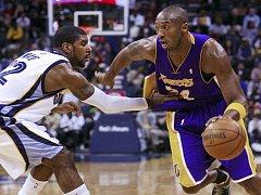 Kobe Bryant (vpravo) je největší hvězdou Los Angeles Lakers.