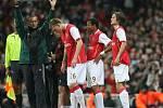 Liga mistrů: Arsenal versus Slavia (na snímku střídání a Tomáš Rosický chystající se do akce)