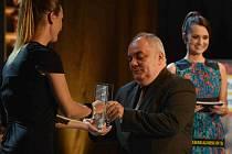 Vyhlášení knižních cen Magnesia Litera 8. dubna na Nové scéně Národního divadla v Praze. Literu za překladovou knihu získal Robert Svoboda (vpravo) za překlad knihy Harmonia caelestis. Cenu předává herečka a zpěvačka Barbora Poláková (vlevo).
