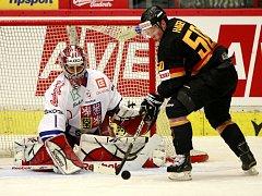 Euro hockey challenge Česká republika – Německo, přátelské přípravné utkání v Budvar Aréně. Hager před Kovářem.