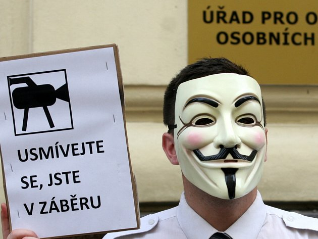 Protestní pochod České pirátské strana proti projektu INDECT, v jehož rámci se vyvíjejí a propojují sledovací systémy v EU. V sobotu 28. července před Úřadem na ochranu osobních dat.