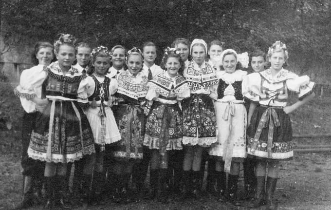 Jiřina (druhá zleva) tančila v rámci České besedy národní tance. Rok 1952