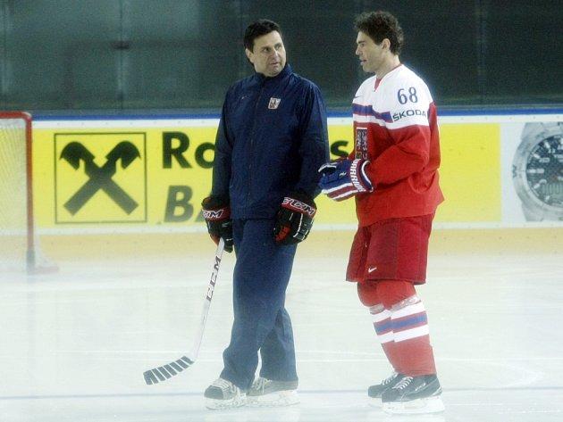 Jaromír Jágr (vpravo) v diskuzi s trenérem Vladimírem Růžičkou.