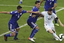 Fotbalista Argentiny Lionel Messi (vpravo) a hráč Paraguaye Gustavo Gomez (vlevo).