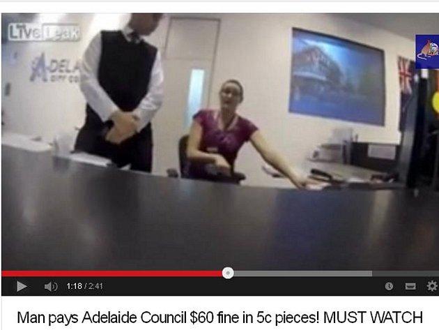 Australský řidič se vydal zaplatit na radnici v Adelaide pokutu, obtěžkán byl však dvanácti sty kusy pěticentových mincí.