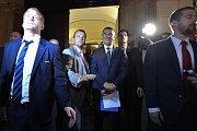 Premiér Andrej Babiš přišel s ochrankou mezi demonstranty, záhy odešel kvůli létajícím lahvím.