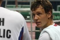 Tomáš Berdych při tréninku české reprezentace před zápasem s Argentinou.