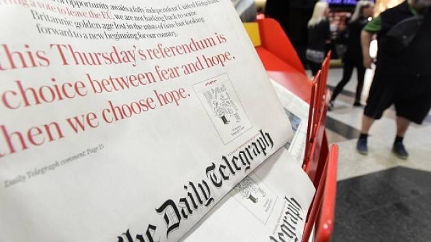 Na snímku pořízeném 23. června na pražském Letišti Václava Havla je stojan s anglickými novinami, které informují o referendu, v němž Britové hlasují o setrvání své země v Evropské unii.