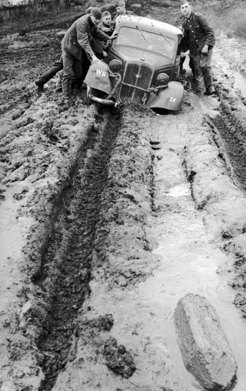 """Ruská """"rasputica"""". Němečtí vojáci tlačí automobil z bláta, říjen 1941"""