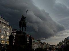 Přes Prahu se přehnala silná bouřka.