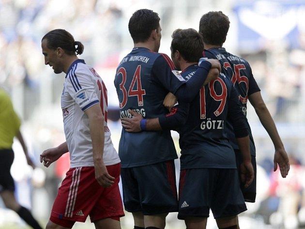 Mario Götze z Bayernu Mnichov (druhý zprava) se raduje se spoluhráči z gólu proti Hamburku. Vlevo zklamaný Petr Jiráček.