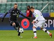Karim Benzema z Realu Madrid (vlevo) proti Legii Varšava.