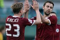 Josef Hušbauer ze Sparty (vpravo) přijímá po gólu proti Dukle Praha gratulace od spoluhráče Ladislava Krejčího.