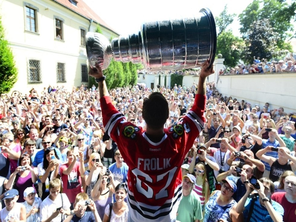 Michael Frolík přivezl slavný Stanley Cup do Kladna.