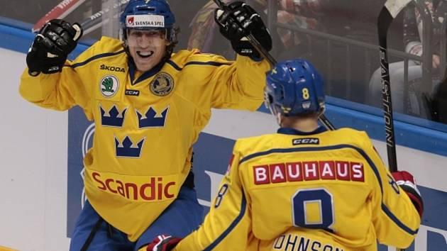 Hokejisté Švédska se radují z gólu proti Rusku.
