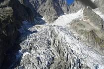 Až 250 tisíc kubických metrů ledu by se mohlo utrhnout z ledovce Planpincieux který se nachází na italské straně masivu Mont Blancu, nejvyšší evropské hory