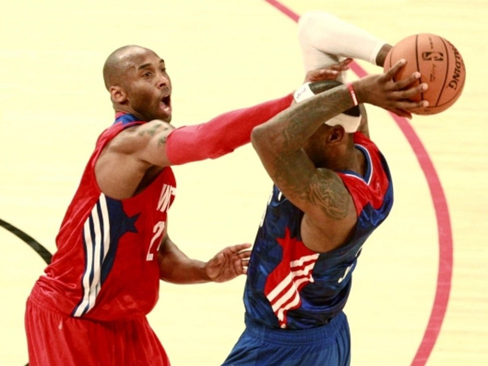 Kobe Bryant (vlevo) a LeBron James v Utkání hvězd NBA.