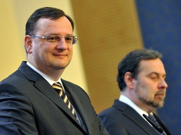 Zleva premiér a předseda ODS Petr Nečas a předseda Věcí veřejných Radek John vystoupili 10. dubna v Praze na tiskové konferenci po jednání lídrů koaličních stran o budoucnosti vlády.