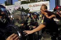 Policie v Hongkongu při snaze rozehnat další vlnu prodemokratických demonstrací