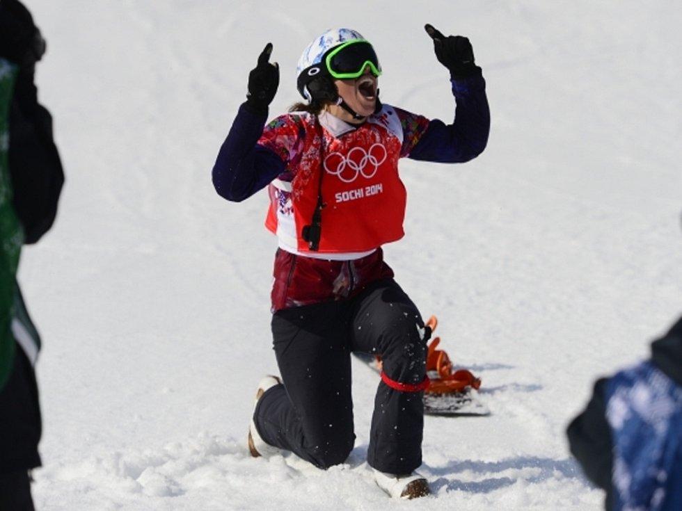Olympijská vítězka. Snowboardkrosařka Eva Samková se raduje ze zlaté medaile v Soči.