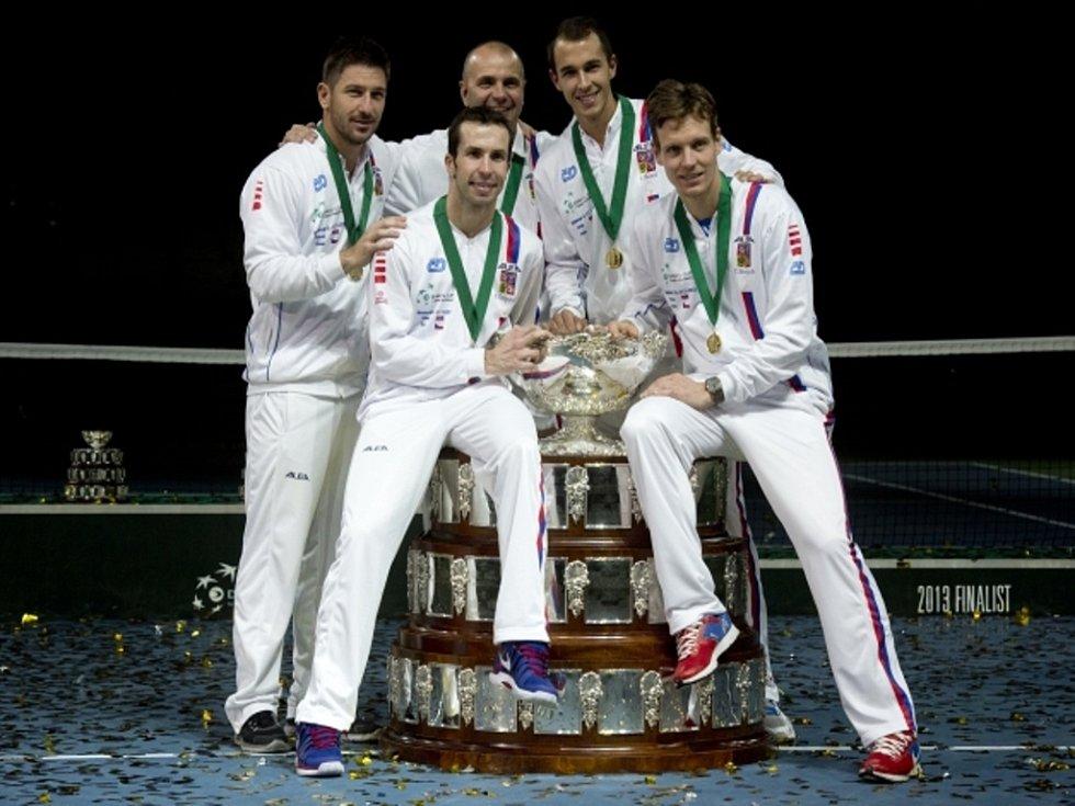Vítězný daviscupový tým (zleva) Jan Hájek, Radek Štěpánek, nehrající kapitán Vladimír Šafařík, Lukáš Rosol a Tomáš Berdych.