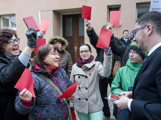 Na snímku vpravo diskutuje s občany mluvčí prezidenta Jiří Ovčáček.