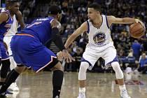 Stephen Curry (vpravo) proti New Yorku Knicks