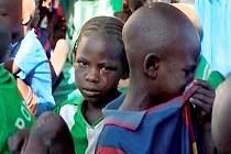 Část dětí, odebraných francouzské organizaci Zoeina archa, našla útočiště v nemocnici v Abéché. Starají se tam o ně čadští zdravotníci.