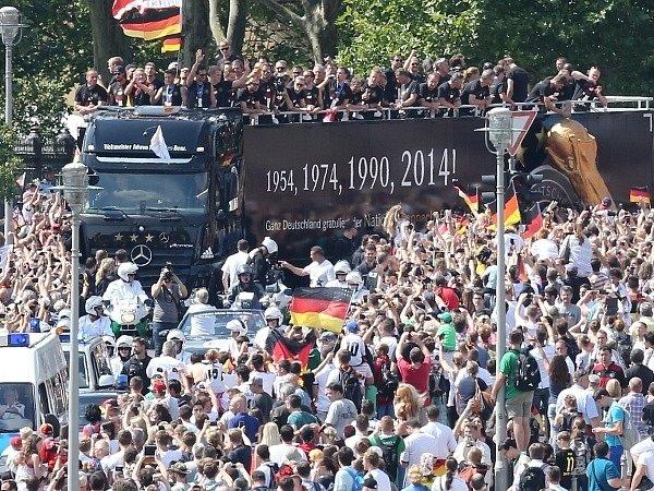 Triumfální jízda německých fotbalistů Berlínem