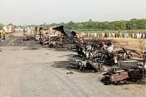 V Pákistánu vzplála po nehodě cisterna, oheň se rozšířil i na okolní automobily a motorky.